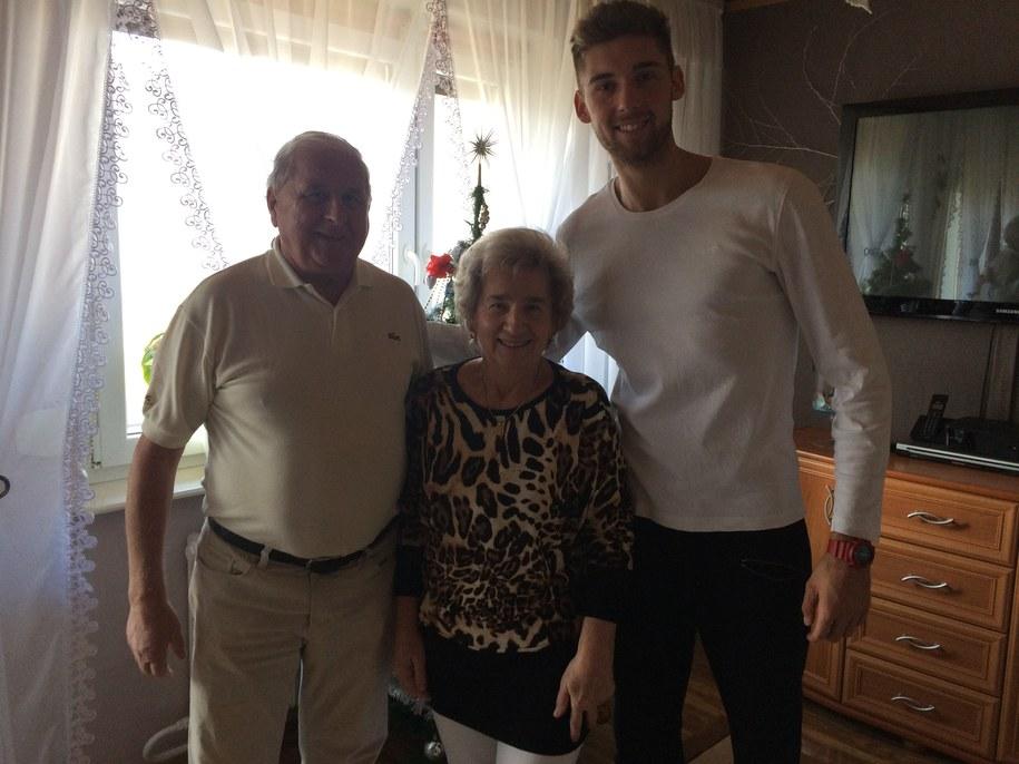 Bartosz Bednorz z dziadkiem i babcią Iloną /Anna Kropaczek /RMF FM