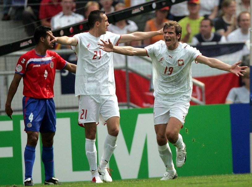 Bartosz Bosacki (P) cieszy się z gola w meczu z Kostaryką (2-1) na mundialu w Niemczech w 2006 roku /Marcin Rutkiewicz /East News