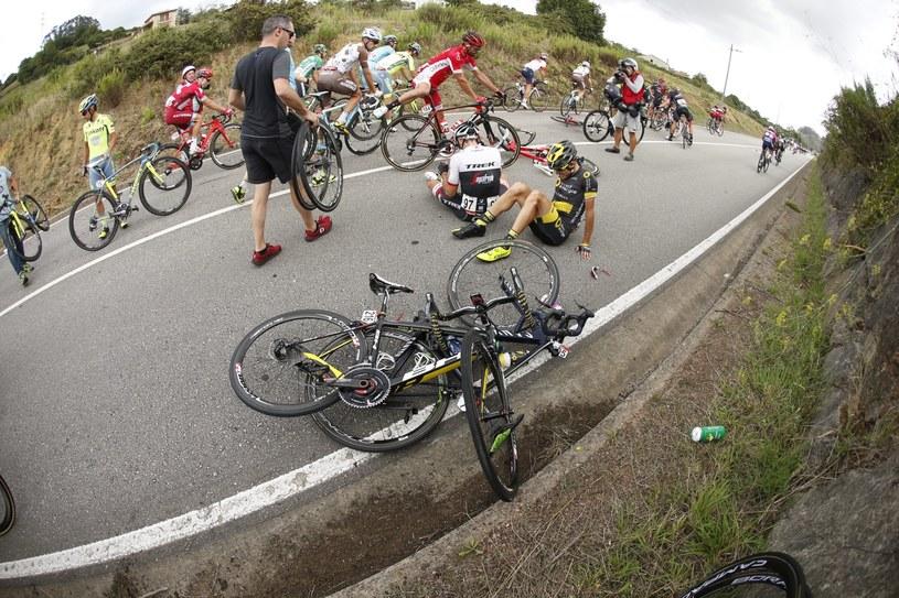 Bartosz Huzarski (z prawej) tuż po kraksie na trasie 10. etapu Vuelta a Espana /PAP/EPA