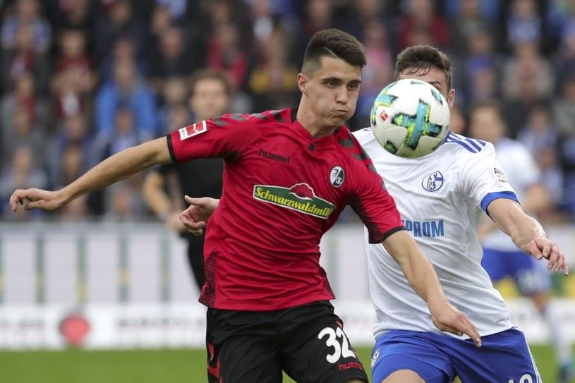 Bartosz Kapustka (L) w meczu z Schalke /ARMANDO BABANI  /PAP/EPA