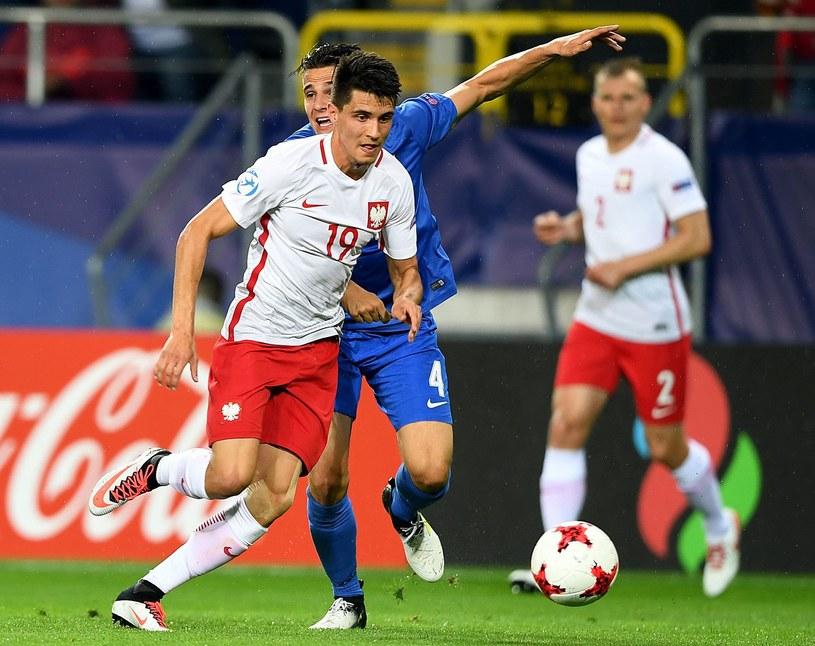 Bartosz Kapustka (L) w meczu ze Słowacją na Euro U21 /AFP