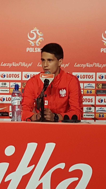 Bartosz Kapustka podczas konferencji prasowej w La Baule /Michał Białoński /INTERIA.PL