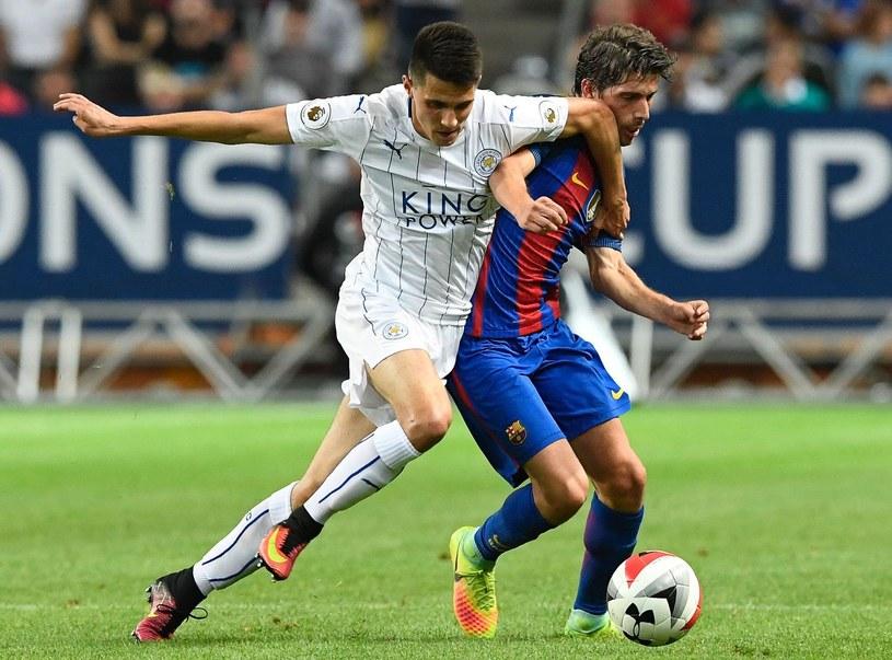 """Bartosz Kapustka (z lewej) podczas towarzyskiego meczu """"Lisów"""" z Barceloną /AFP"""