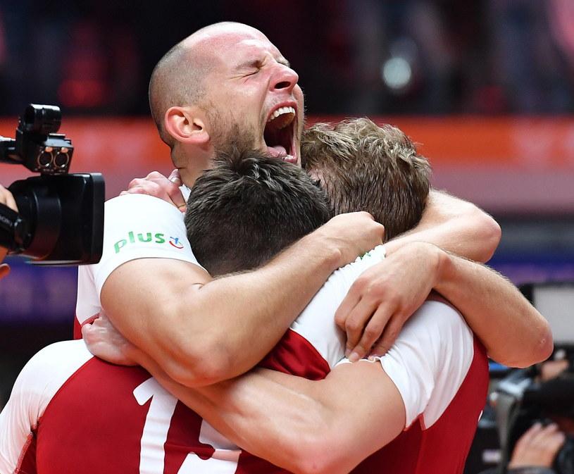 Bartosz Kurek świętuje z kolegami złoty medal MŚ /PAP/EPA