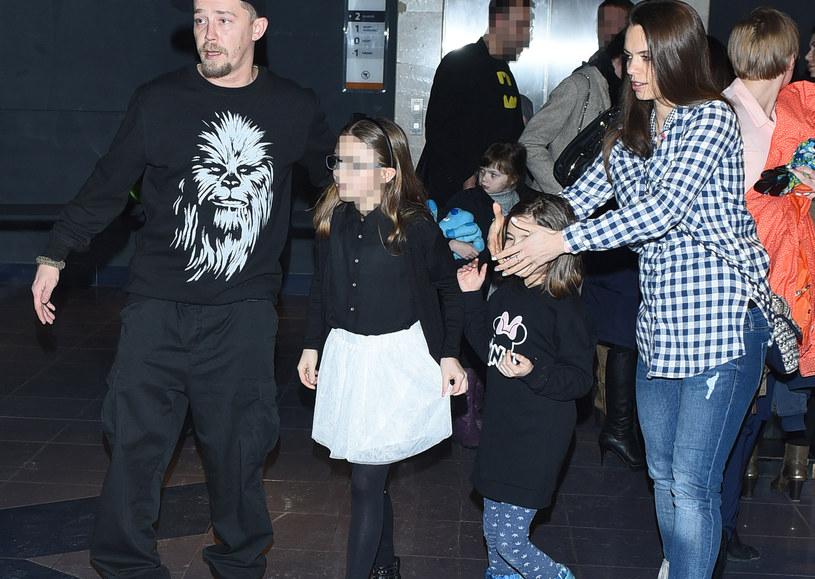 Bartosz Obuchowicz z żoną i córkami /Andras Szilagyi /MWMedia