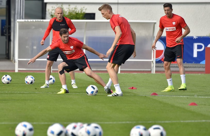 Bartosz Salamon podczas treningu reprezentacji Polski na Euro 2016 /AFP