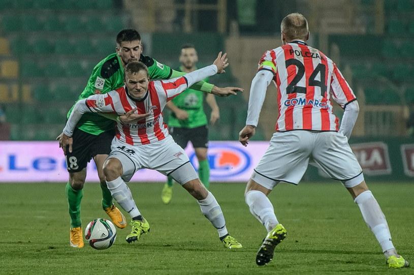 Bartosz Śpiączka (zielona koszulka) walczy o piłkę z Pawłem Jaroszyńskim /PAP