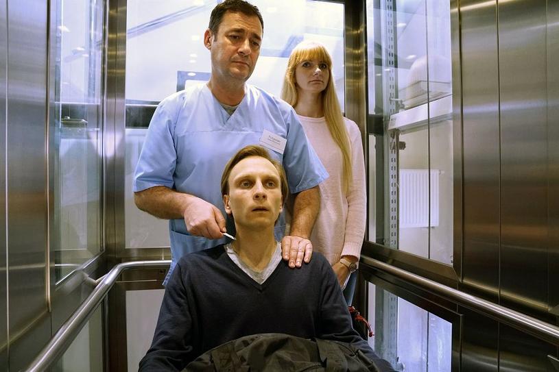 """""""Barwy szczęścia"""": Odcinek 1909. Chowański w przebraniu pielęgniarza próbuje wymierzyć mordercy żony sprawiedliwość na własną rękę /www.barwyszczescia.tvp.pl/"""