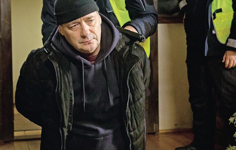"""""""Barwy szczęścia"""": Po """"unieszkodliwieniu"""" Krzepińskiego, Artur odkłada broń i oddaje w ręce policji /Tele Tydzień"""