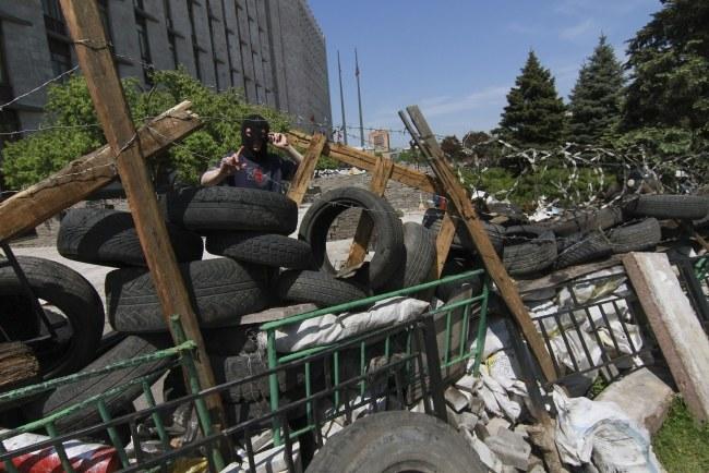 Barykady zbudowane przez zwolenników Rosji w Doniecku /PHOTOMIG /PAP/EPA