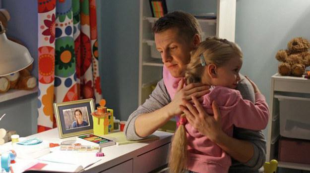 Basia zdecydowała już, kto jest jej prawdziwym ojcem... /MTL Maxfilm