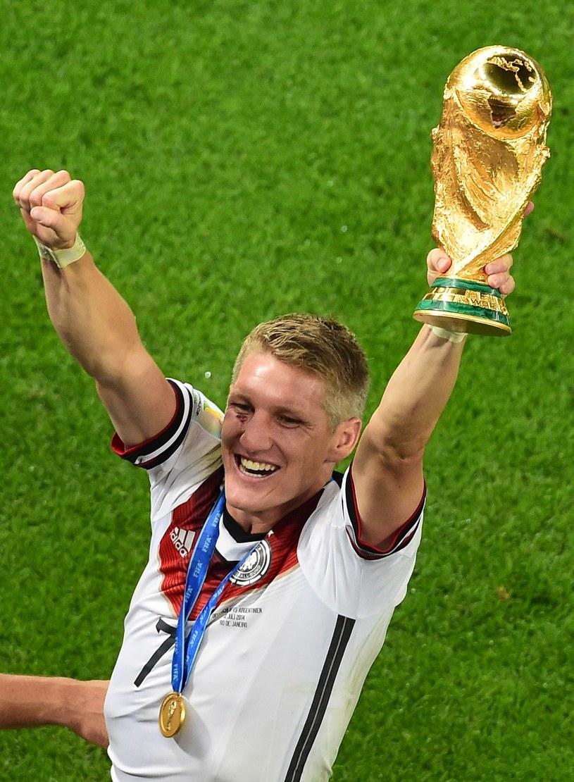 Bastian Schweinsteiger z Pucharem Świata /AFP