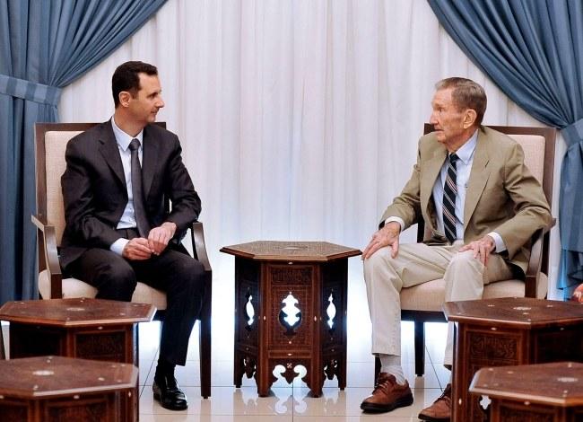 Baszar el-Asad podczas spotkania z byłym amerykańskim prokuratorem generalnym Ramsey'em Clarkiem. /SANA HANDOUT /PAP/EPA