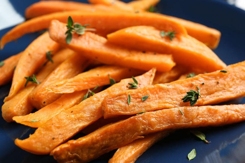 Bataty, czyli słodkie ziemniaki, goszczą na naszych stołach rzadziej niż tradycyjne pyry. Tymczasem mają one więcej wartości zdrowotnych. Są źródłem luteiny poprawiającej wzrok i likopenu, który zmniejsza rozwój chorób serca /123RF/PICSEL