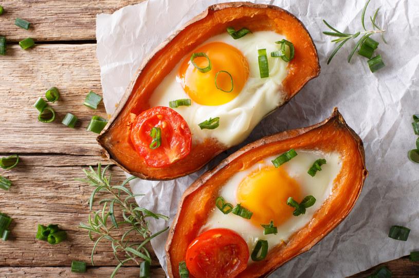 Bataty zapiekane z jajkiem- pomysł na pożywne śniadanie lub zdrową kolację /123RF/PICSEL