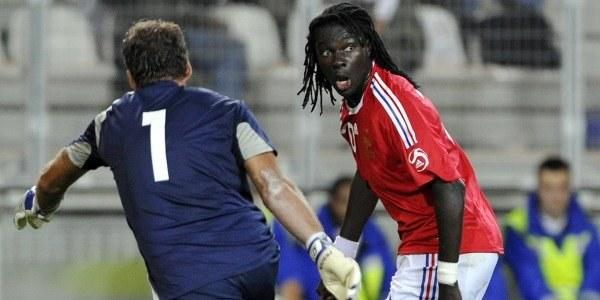 Batefimbi Gomis z prawej. /AFP