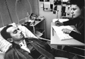 Bauby napisał książkę z pomocą innych, mrugając powieką, gdy terapeutka pokazywała mu kolejne litery /