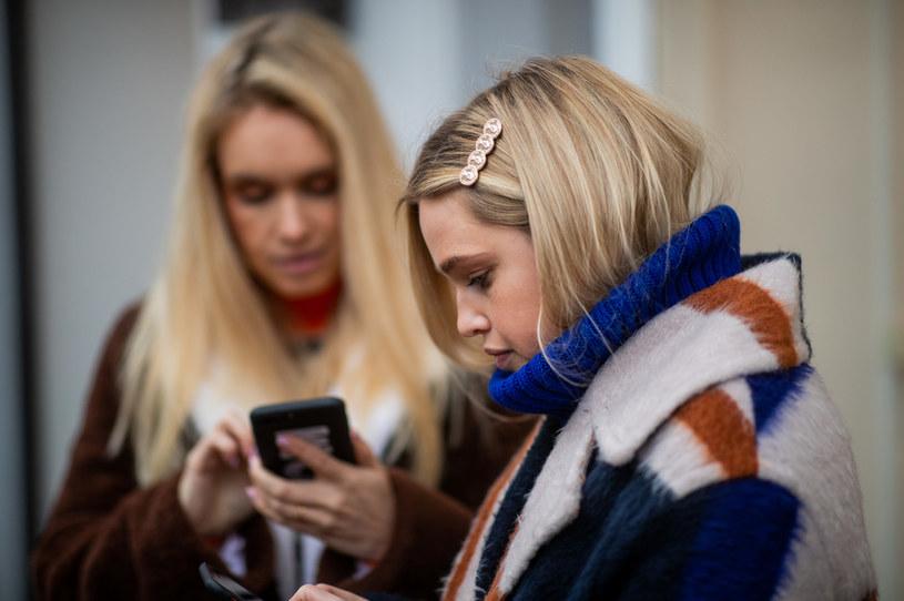 Baw się modą - łącz różne kolory i materiały /Getty Images