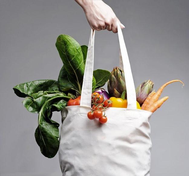 Bawełniane torby wielokrotnego użytku są alternatywą dla szkodliwych jednorazówek /©123RF/PICSEL