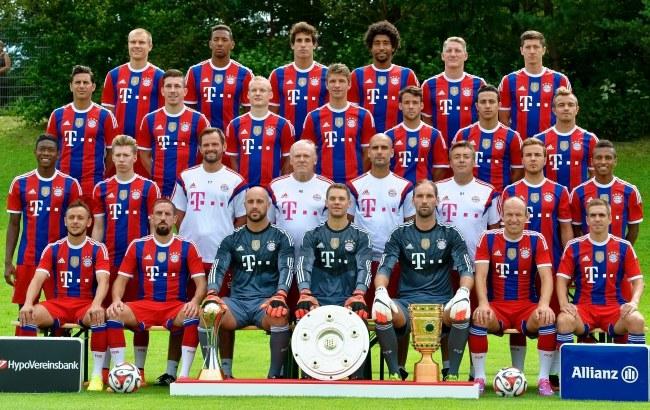 Bayern Monachium 2014/15. W najwyższym rzędzie Robert Lewandowski (pierwszy z prawej) /PAP/EPA