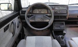 Bazą dla Golfa Country była zwykła wersja 1.8 Syncro. W standardzie był obrotomierz i skrzynia 5-biegowa. Kierowca nie ma możliwości sterowania napędem Syncro. /Motor