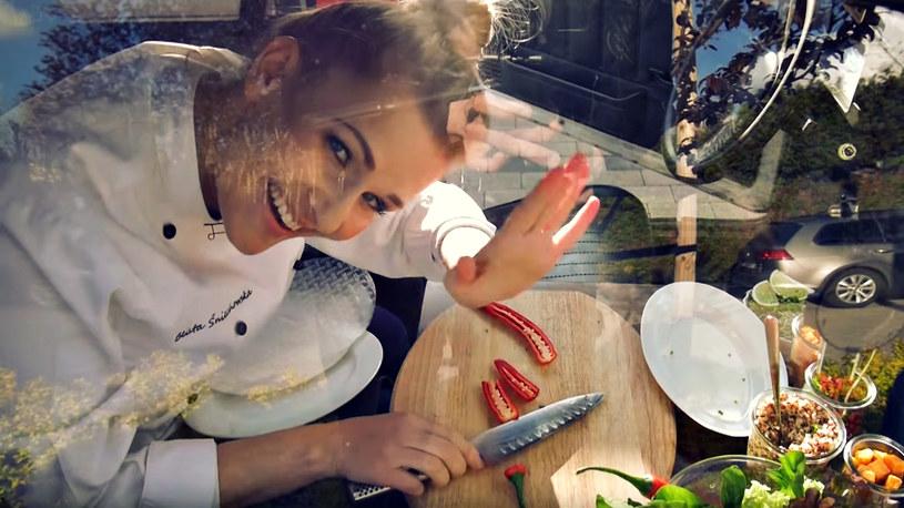 Beacie udało się przyrządzić w maluchu smaczną przekąskę /YouTube