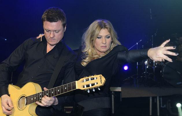 Beata Kozidrak z gitarzystą zespołu Bajm podczas koncertu w Sali Kongresowej. /Jarosław Antoniak /MWMedia