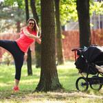 Beata Sadowska gania z wózkiem po lesie