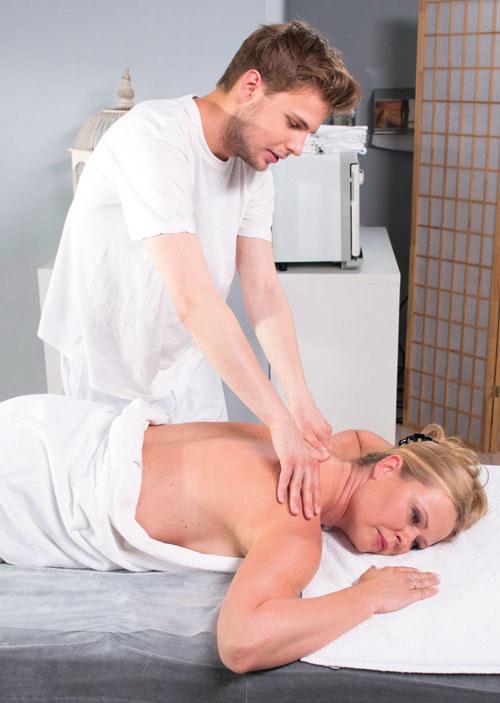 Beata spróbuje skupić na sobie uwagę Adama, który jest też masażystą /Agencja W. Impact
