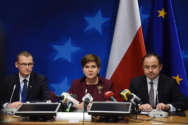 Beata Szydło (C), szefowa rządu, w unijnym anturażu na szczycie w Brukseli /PAP