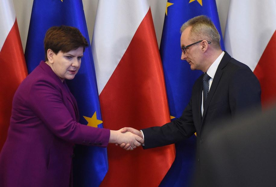 Beata Szydło i szef RCB Marek Kubiak podczas posiedzenia Rządowego Centrum Bezpieczeństwa /Radek Pietruszka /PAP