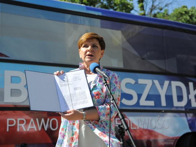 Beata Szydło prezentuje pismo skierowane do prezydenta /Marcin Obara /PAP
