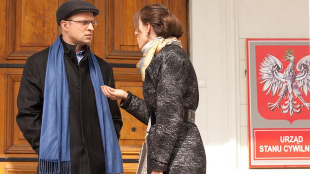 Beatka (Maja Ostaszewska) zmusi Żabcię (Piotr Adamczyk), żeby jak najszybciej załatwili formalności w Urzędzie Stanu Cywilnego /Agencja W. Impact