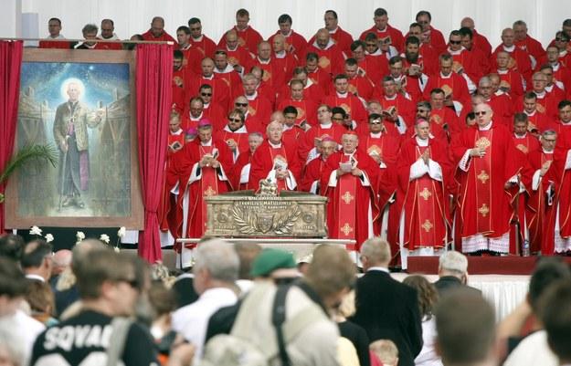 Beatyfikacyjny portret przedstawia Matulionisa w szacie biskupiej założonej na strój więzienny. /GEDIMINAS SAVICKIS /PAP/EPA