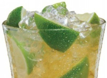 Becherovkę podaje się jako aperitif oraz jako składnik koktajli /materiały prasowe