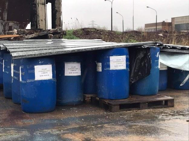 Beczki, na których napisano, że w środku znajdują się odpady zawierające chrom /Patryk /