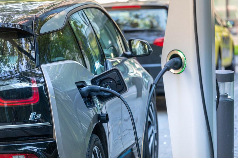 Będą dodatkowe pieniądze na dopłaty do zakupu pojazdów elektrycznych / Arkadiusz Ziolek /East News