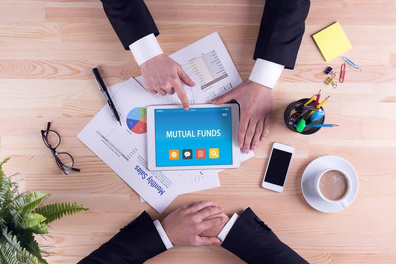 Będąc początkującym inwestorem na giełdzie, staraj się nie wybierać od razu skomplikowanych rachunków maklerskich /123RF/PICSEL