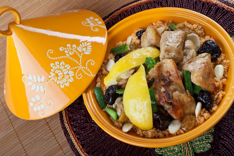 Będąc w Maroku koniecznie trzeba spróbować lokalnej kuchni, w szczególności tadżinu /123RF/PICSEL