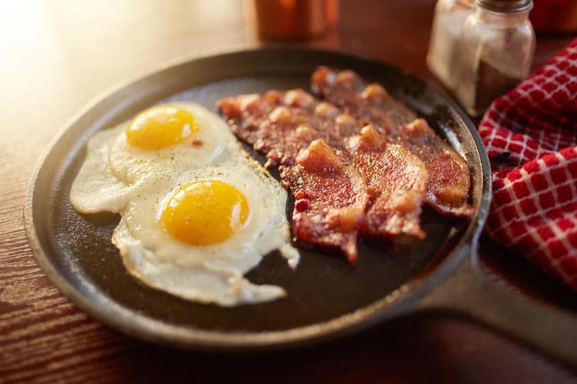 Bekon to dla wielu nieodłączny element śniadania. Nie trzeba wykluczać go z diety, ale trzeba pamiętać, że co za dużo, to niezdrowo /123RF/PICSEL