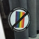 """Belgia: Naklejki """"anty-LGBT"""" w Antwerpii. Policja bada sprawę"""