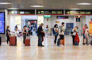 Belgia: Wsiedli do samolotu z pozytywnym wynikiem testu. Bilety kupili im rodzice