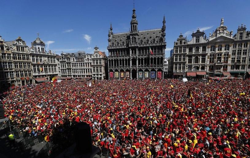 Belgijscy fani witają piłkarzy w Brukseli /PAP/EPA