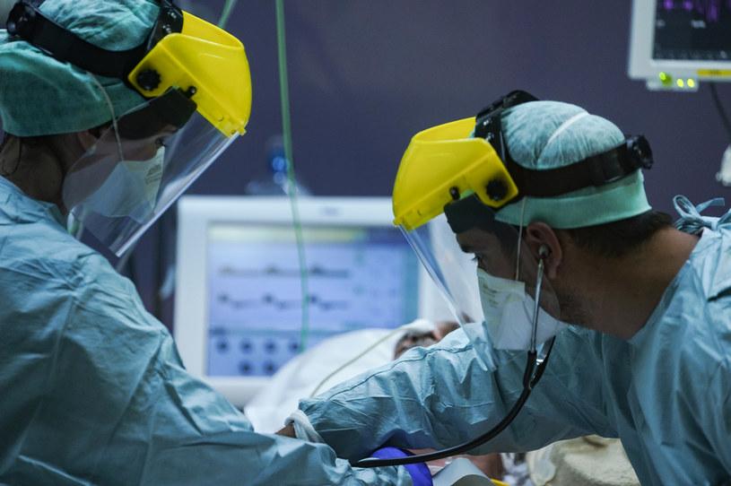 Belgijscy medycy przy pacjencie na oddziale intensywnej terapii /KENZO TRIBOUILLARD/AFP /AFP