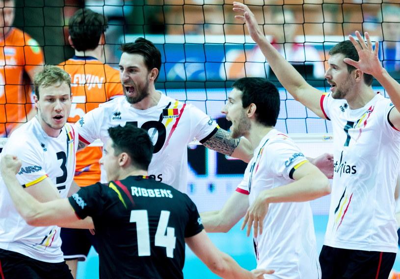 Belgowie cieszą się z punktu podczas meczu z Holandią w grupie D mistrzostw Europy siatkarzy /Andrzej Grygiel /PAP