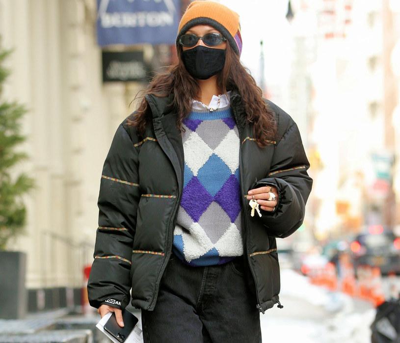 Bella Hadid zestawiła modne romby z puchową kurtką /Christopher Peterson / Splash News /East News