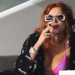 Bella Thorne zaciąga się dymkiem na jachcie
