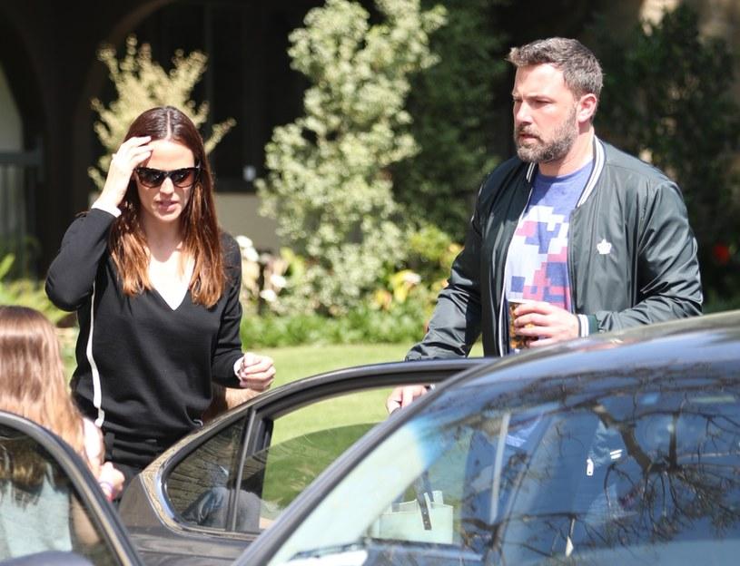 Ben Affleck i Jennifer Garner idą do kościoła z dziećmi /East News