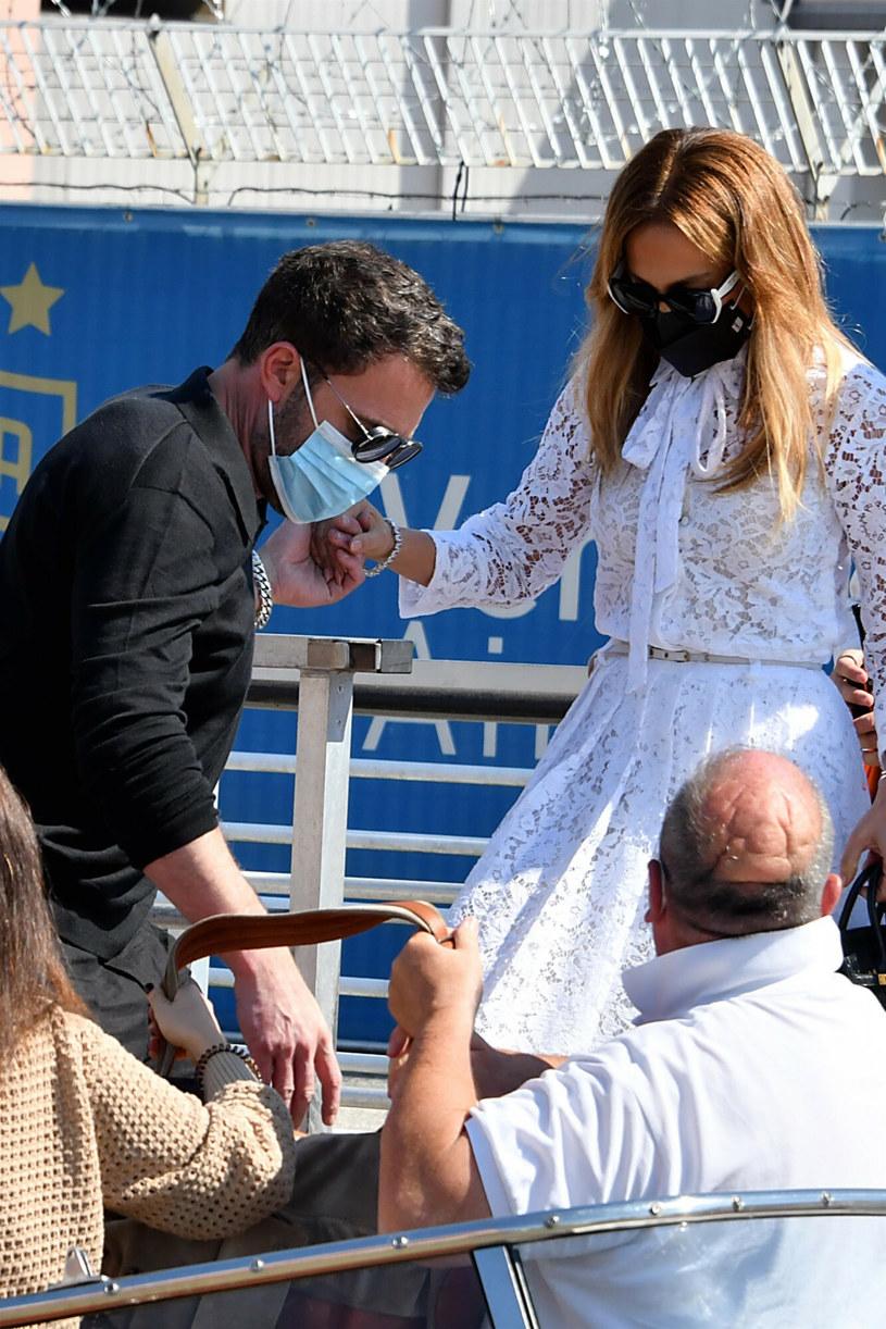 Ben Affleck, jak przystało na gentelmana, pomógł J. Lo wejść na łódź /BACKGRID /East News