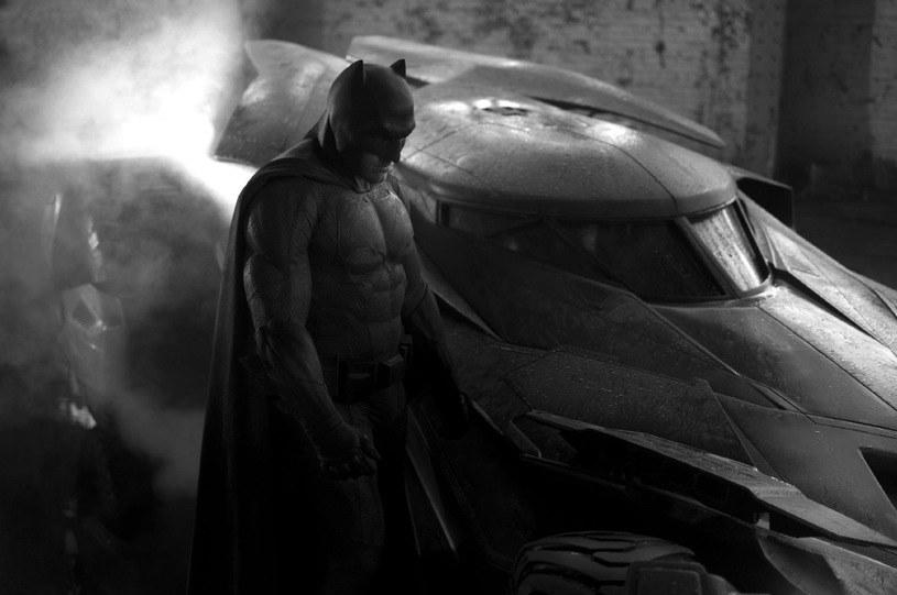 """Ben Affleck jako Batman na grafice promującej film """"Batman V Superman: Świt sprawiedliwości"""" /materiały dystrybutora"""